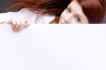 Frau mit leerer Tafel für Werbung und Text