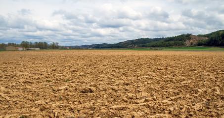 Paisaje  con tierra o terreno arado recientemente