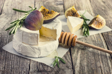 camembert cheese with rosemary, figs and honey
