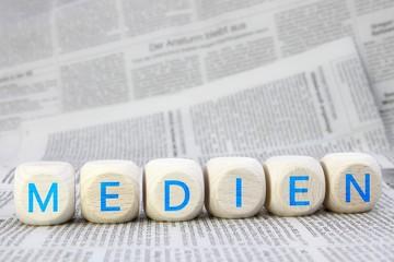"""""""Medien"""" Würfel auf Zeitungen"""