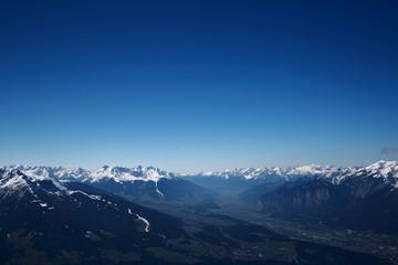 Alpen mit verschneiten Gipfeln