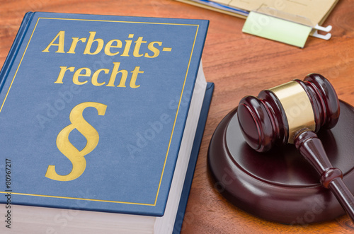 Leinwanddruck Bild Gesetzbuch mit Richterhammer - Arbeitsrecht