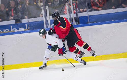 Ice Hockey - Heavy tackle - 80967232