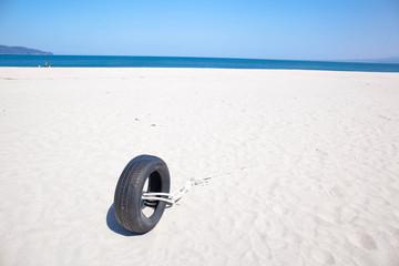 砂浜とタイヤ
