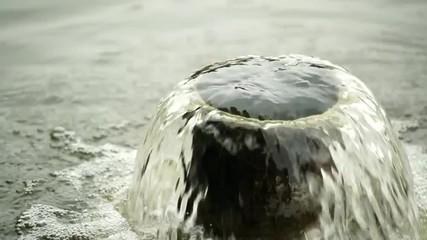 パイプから湧き上がる水