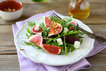 salad with arugula, figs, cheese and honey