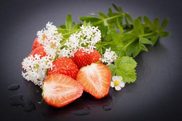 Frische Erdbeeren und Waldmeister