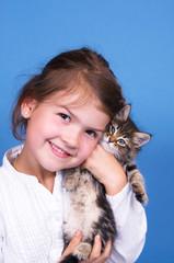 Mädchen mit Katzenbabys