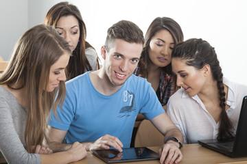 Student zeigt Spiel auf Tablett PC