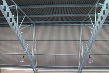 Dachkonstruktion mit Stahlträger und Wellblechdach