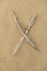 Alphabet Buchstabe X aus Treibholz auf Sand