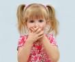 Постер, плакат: ребёнок закрыл рот руками