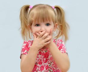 ребёнок закрыл рот руками