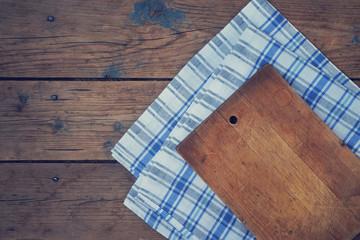 разделочная доска и полотенце на деревянном фоне