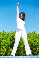 Frau in weißer Kleidung im Freien