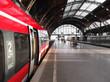 Leinwandbild Motiv Bahn hält in Bahnhof