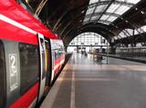Bahn hält in Bahnhof - 80987073