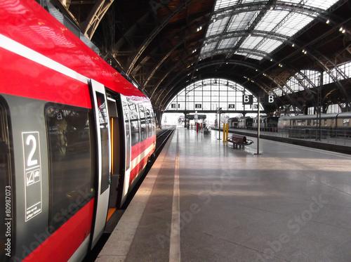 Bahn hält in Bahnhof
