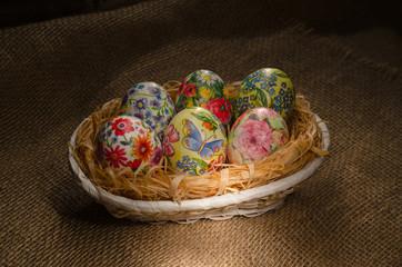 Корзинка с пасхальными яйцами