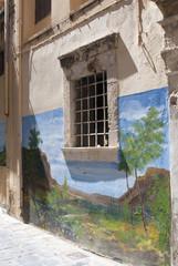 окно в старом здании