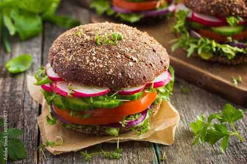 Foto op Plexiglas Voorgerecht Healthy fast food. Vegan rye burger with fresh vegetables