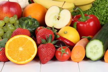 Obst, Früchte und Gemüse wie Orangen, Apfel, Tomate