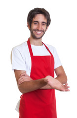 Freundlicher Kellner mit Bart und roter Schürze