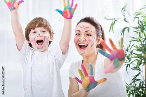 Child painting with mum - 81001627