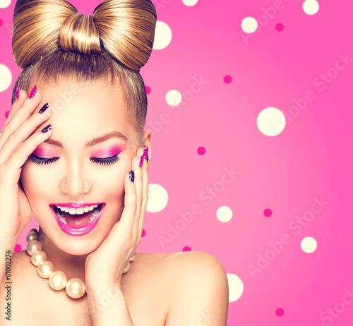 Model piękna dziewczyna z kokardą fryzurę na tle kropki