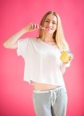 Mädchen im Schlafanzug putzt sich die Zähne