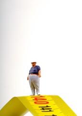 miniatura di uomo in sovrappeso e metro