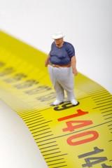 miniatura di uomo obeso sul metro