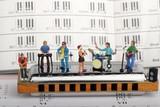 gruppo rock in miniatura mentre suona su un