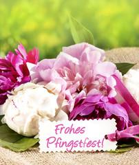 """Frohes Pfingstfest!"" - Schild mit Pfingstrosen"
