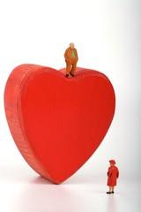 miniatura di coppia matura e cuore rosso
