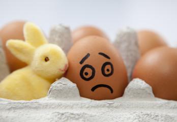 oeuf malheureux avec un lapin jaune de pâques