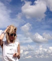 Loira com céu