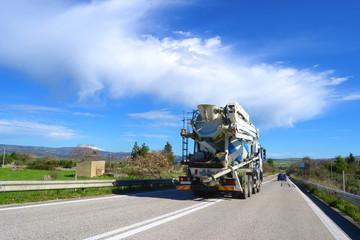 Camion sulla strada - autobetoniera