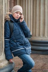 Подросток говорит по телефону