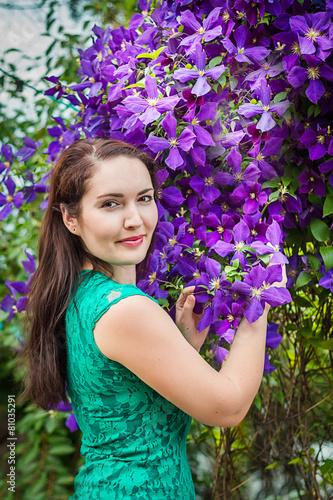 Портрет красивой женщины возле клематиса - 81035291