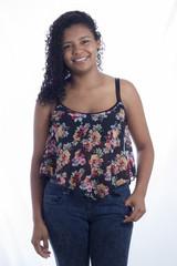 chica latina sonriendo