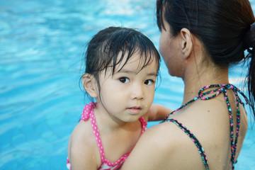プールで抱っこされている女の子