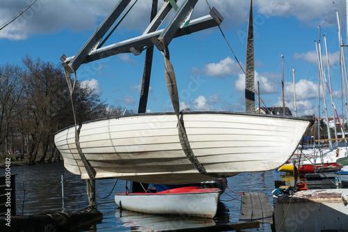 кран поднимающий лодку