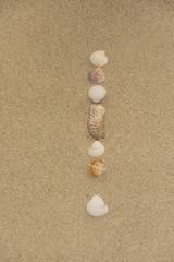 Ausrufezeichen aus Muscheln im Sand