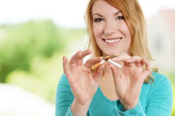 Frau entscheidet sich mit Rauchen aufzuhören