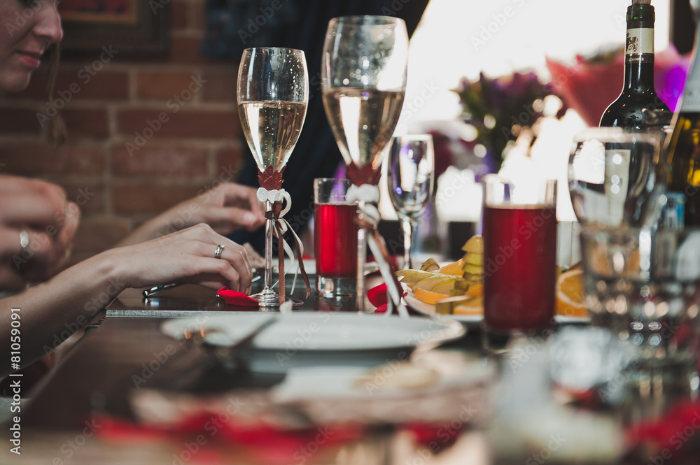 wino stół ludzie - powiększenie