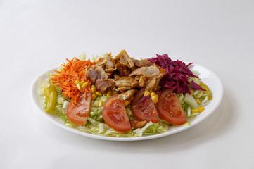 Assiette de salade avec kebab