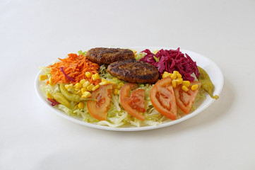 Assiette de kofte avec salade de crudités