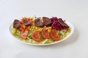 Assiette de saucisse turque avec salade de crudités