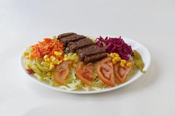 Mexicanos sur assiette de salade et crudités